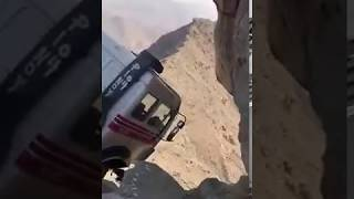 فيديو لا يُصدق.. شاحنة مُعلقة بين الأرض والسماء!