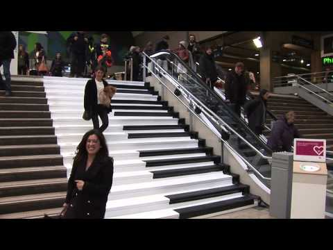 Gare Montparnasse, la SNCF transforme des escaliers en piano
