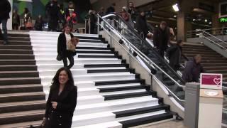Gare Montparnasse, la SCNF transforme des escaliers en piano