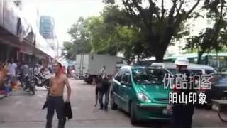 Police expertly subdue man wielding large knife in China