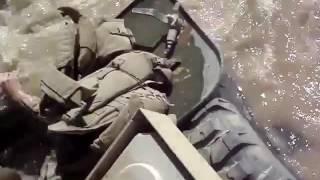 Доблестные воины армии США переплывают реку