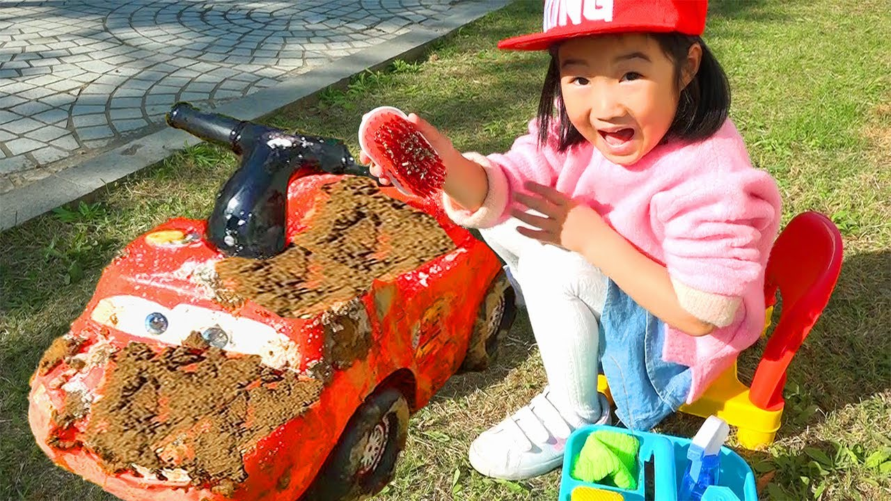 Boram playing Car Wash with Cleaning Toys