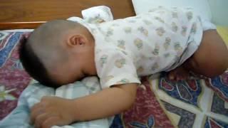 20090805 弟弟用奇怪的姿勢睡覺