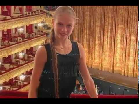 В компании симпатичного молодого Александра Трусова посетила Большой театр «Лебединое озеро»