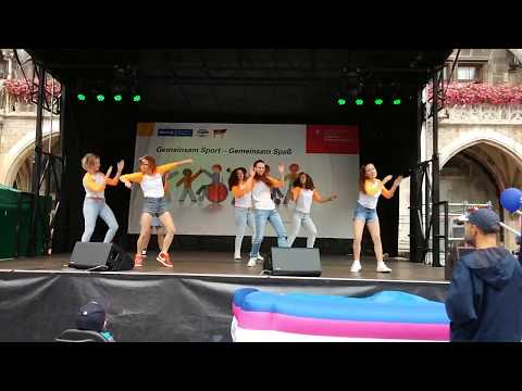 nikita-//-dance-crew-performance-in-marienplatz-münchen