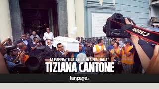 Dolore e rabbia ai funerali di Tiziana Cantone, la mamma: