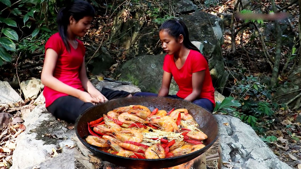 Yummy cooking Shrimp in a spicy mushroom curry - Survival Foods