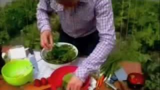 клубника и листья салата