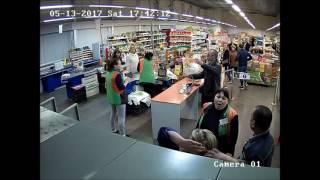 В Екатеринбурге в магазине задержали грабительницу(, 2017-05-14T10:23:44.000Z)