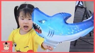 상어가족 뽀로로 친구들 공룡 색깔놀이 풍선놀이 했어요 ♡ learn colors kids toys family fun play | 말이야와아이들 MariAndKids