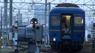 尾久車両センターから上野駅に推進回送される北斗星を、尾久車両センタ...