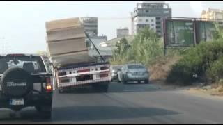 شاحنات الموت بحمولتها تهدد المارة على الطرقات ( فيديو )