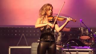 Elisa Järvelä soittaa viulua yökerhon lavalla