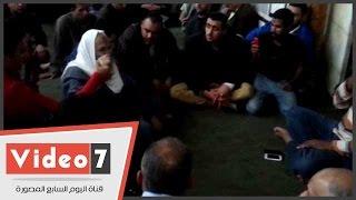 """بالفيديو.. مواطنون يقيمون شعائر الشيعة داخل ضريح الحسين فى غياب """"الأوقاف"""""""