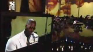 Jamie Foxx performs I Wish You Were Here @ the 2006 American Music Awards to tribute his deceased grandmother and Gerald Levert.