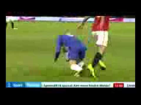 Rio Ferdinand tackles Fernando Torres