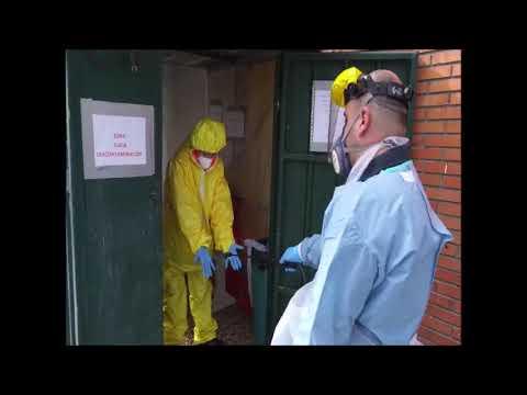 Personal de ambulancias se desinfecta tras un servicio de COVID 19