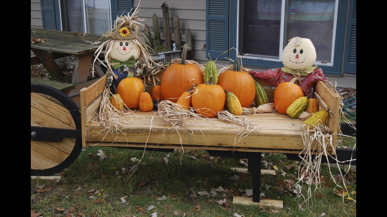 pallet yard decoration pumpkins in the fall and flower