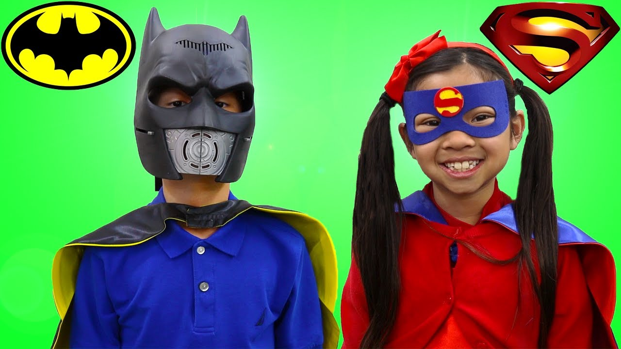 Emma y Andrew Fingen Jugar Superhéroes al Rescate   Dress up Costume and Play  Stories para Niños
