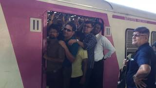 Mumbai Local Train group not allowing others to enter in train | Mumbai thumbnail