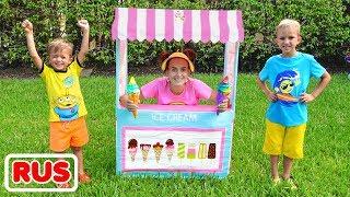 Влад и мама играют в магазин мороженого