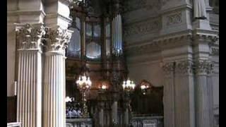 """Berlin-Mitte: Orgelvorspiel """"Heil dir"""" (Melodie auch bekannt als """"God Save the Queen"""")"""