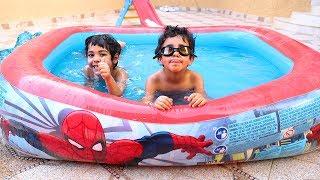الياس وزياد يسبحون بمسبح سبيدرمان !