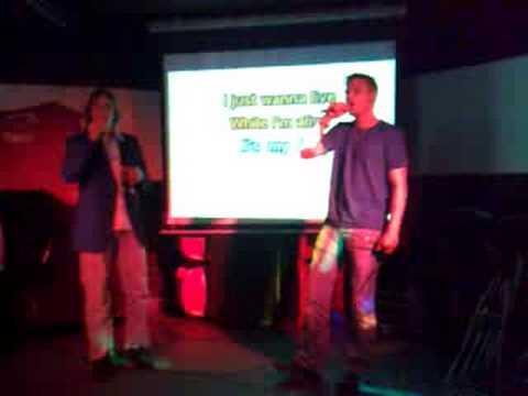 Oddgeir synger karaoke