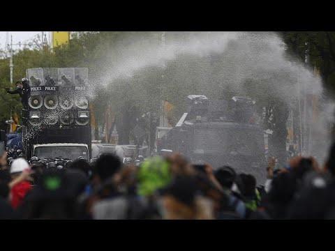 شاهد: اشتباكات بين الشرطة التايلاندية ومتظاهرين يطالبون باستقالة رئيس الوزراء…  - 20:55-2021 / 7 / 18