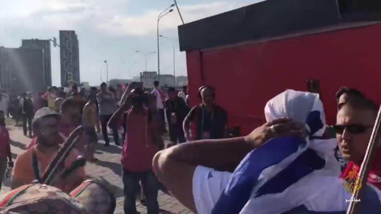 حاول رفع العلم الإسرائيلي وسط مشجعي تونس .. شاهد ماذا حدث له