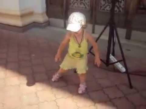 Прикол! Близнецы танцуют под гитару - YouTube