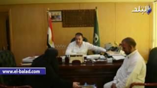 بالفيديو.. محافظ الفيوم يهدي تأشيرة حج لوالدة شهيد 'كرم القواديس'