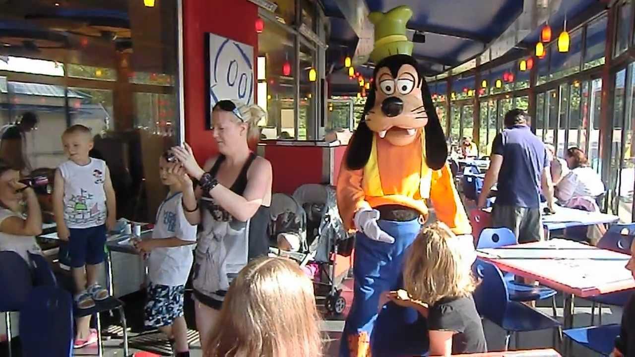 Viaje a Disneyland París desayuno con los personajes Goofy ...
