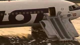 01.11.2011 WARSZAWA - Awaryjne lądowanie samolotu PLL LOT z Nowego Jorku do Warszawy