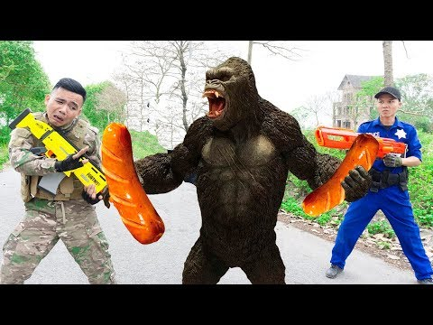 Battle Nerf War: Owner Monkey & Blue Police Nerf Guns Robbers Group Brother FOOD SAUSAGE BATTLE