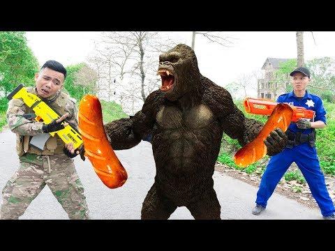 Battle Nerf War: Owner Monkey & Blue Police Nerf Guns Robbers Group Brother FOOD SAUSAGE BATTLE