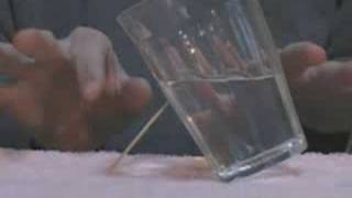 (S) Jak balansować szklanką za pomocą wykałaczki [spryciarze.pl]