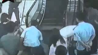 (+18) Escalera eléctrica mutila pie a bebe en China. (Discresion: Video NO apto para Sensibles)
