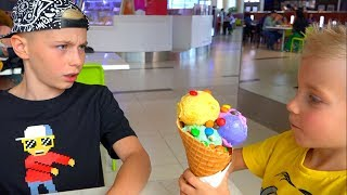 Тиша жАдинА...НЕ хочет делится !!!Tisha greedy ... He does not want to share ice cream !!!