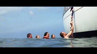 一群人驾驶游艇下海游泳,结果忘放梯子,他们如何爬上去呢?