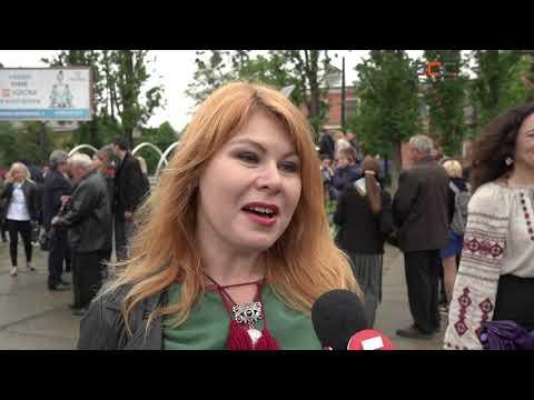 Інформаційне Агентство АСС: На Соборній площі Чернівців провели акцію «Вишиванка – одяг вільних»