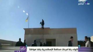 بالفيديو.. محافظ الإسكندرية يقنع شابا بالتراجع عن الانتحار