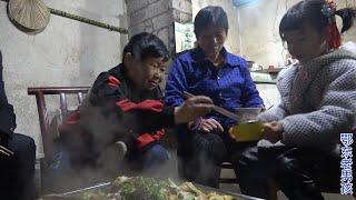 老男孩用5斤白鲢做一个特大号的烤鱼,刚做好侄女就开始偷吃了