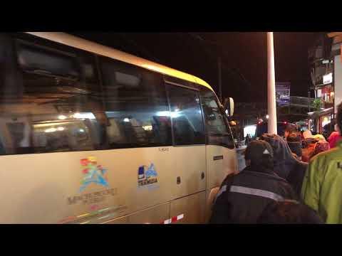 Утренняя посадка в автобусы до Мачу-Пикчу