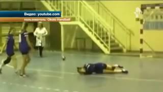Вне игры: Гандболистка сильно пострадала от жесткого фола соперницы
