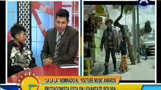 Levántate Bolivia con el niño protagonista del video británico La la la , nominado al Music Awards