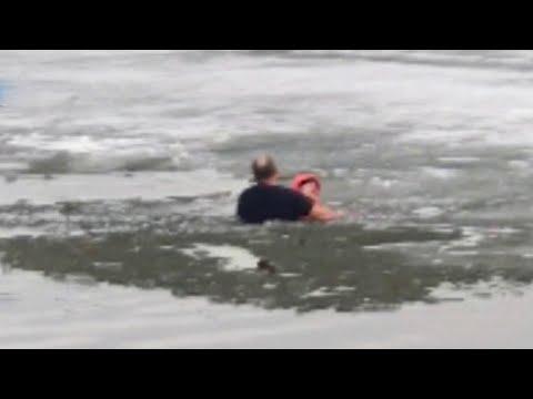 В Екатеринбурге двое мужчин вытащили девочку, которая провалилась под лед.