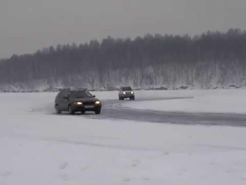 Driving Suzuki Jimny on ice with rear lockright