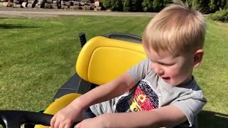Rasenmähen mit SpielzeugTester - Julian