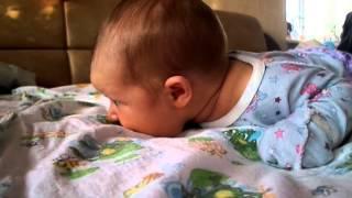 видео Когда ребенок начинает держать голову